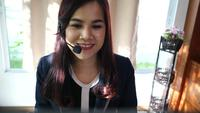 Suporte de centro de chamada de mulher de negócios falando com o cliente sobre o serviço