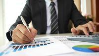 Manos del hombre de negocios que hacen proyecto del negocio del planeamiento del análisis en oficina.