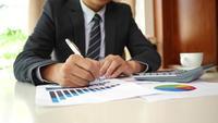 Mãos do homem de negócios que fazem o projeto do negócio do planeamento da análise no escritório.