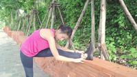 Hälsa vackra unga asiatiska idrottsmän kvinnor i sportkläder ben värme.