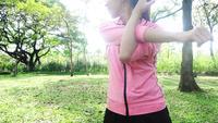 Hälsosam ung asiatisk kvinna som utövar på parken. Passa ung kvinna som tränar träning på morgonen.