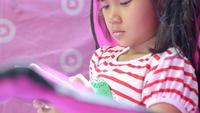 Kleines Mädchen in ihrem Zimmer, nutzt Smartphone.