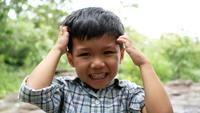 Cerca de una cara de niños riendo mientras escuchan una broma