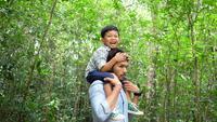 Vater und Sohn haben eine glückliche Zeit in der Natur.