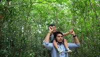 Pai e filho têm um tempo feliz na natureza.