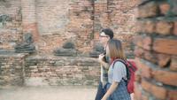 Viaje asiático del día de fiesta del gasto de los pares del viajero en Ayutthaya, Tailandia.