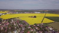 Drohne, die in 4K zum Dorf absteigt