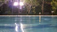 Vue nocturne de la piscine extérieure.