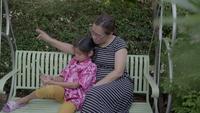 Gelukkige Aziatische Familie die Selfie met Smartphone neemt.