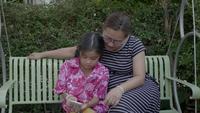 Glückliche asiatische Familie, die Selfie mit Smartphone nimmt.