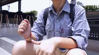 Een persoon die naar muziek op een koptelefoon luistert