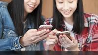 Mulheres jovens, usando, telefone móvel