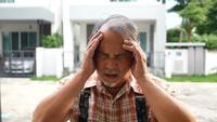 Alter Mann mit Kopfschmerzen