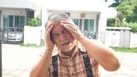 Homem velho com dor de cabeça