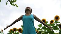 Träningskvinnan lyfter handuppfriskning i luften