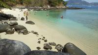 Lapso de tiempo de la hermosa playa de arena blanca en Phuket, Tailandia