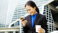 Affärskvinna på mobilen