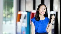 Gelukkig jong meisje en haar creditcard
