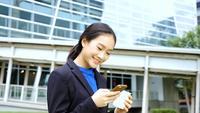Mujer de negocios, en, teléfono móvil
