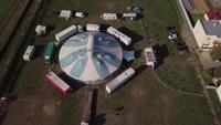 Drone kretsar runt ett cirkustält i 4K