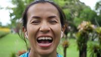 Mujer joven apta que ríe después de ejercicio