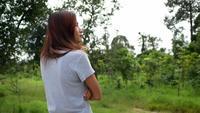Frau, die alleine im Park steht
