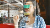 Café asiático de la orden de la mujer en una pantalla del holograma