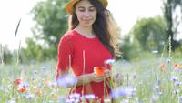 Mujer feliz libre en un vestido rojo disfrutando de la naturaleza