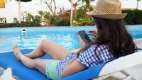 Mulher, usando, um, telefone pilha, por, a, piscina