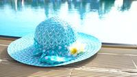 Bonnet design au bord de la piscine