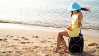 Frau verbreitet Sonnencreme auf ihrer Schulter