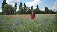 Gelukkige jonge vrouw in een rode kleding
