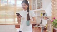 Adolescent asiatique femme écoutant de la musique