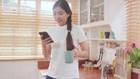 Adolescente, mulher asian, escutar música