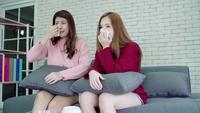 Asiatiska kvinnor gråter medan de tittar på ett drama på TV