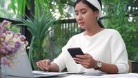 Ung asiatisk kvinna som arbetar på bärbara datorn