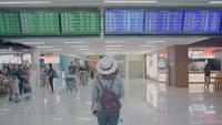 Asiatisk kvinna på flygplatsen