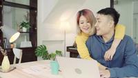 Unga asiatiska par som hanterar finanser