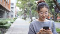 Femme jouant sur un téléphone portable