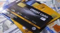 Kreditkarte mit den Dollarscheinen, die auf einer Tabelle sich drehen