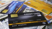 Kreditkort med dollarräkningar som roterar på en tabell