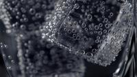 Primer plano refresco gaseoso burbujeante frío con hielo