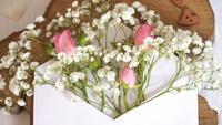 Enveloppe avec des fleurs pour les salutations