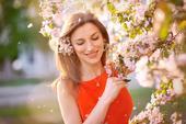Feliz, mujer joven, en el jardín