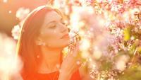 Gelukkig jonge vrouw in de tuin