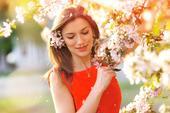Glückliche junge Frau am Garten