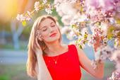 Lycklig ung kvinna på trädgården