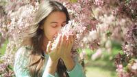 Mujer que huele a flores