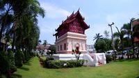 Salão para manter a escritura no templo budista de Wat Phra Singh em Chiang Mai, Tailândia. (pela lente olho de peixe)