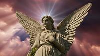 La statue d'un ange sur les nuages en accéléré